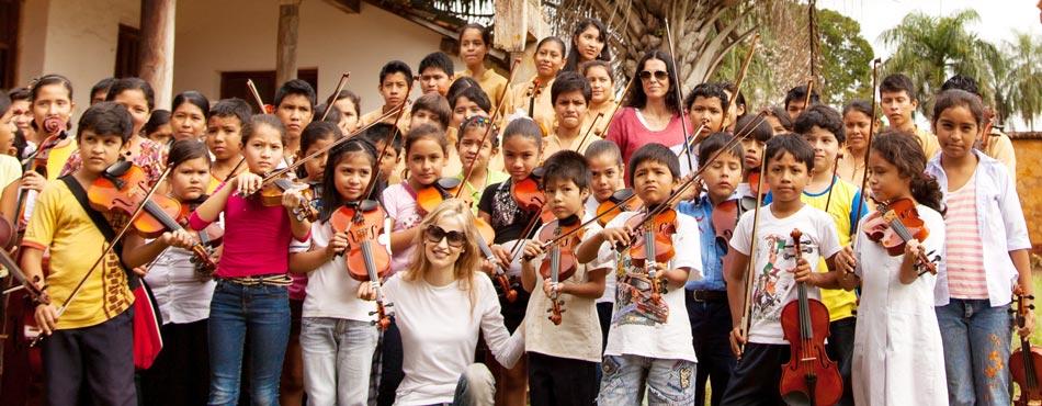 Inma Shara con niño y jóvenes bolivianos